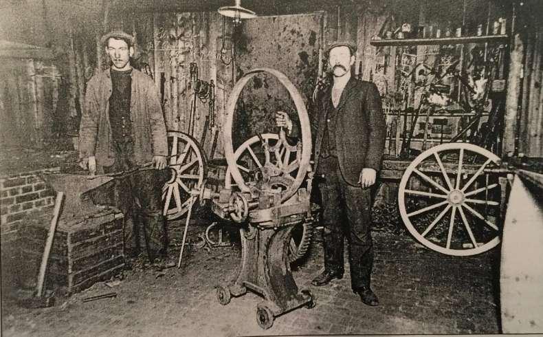 Interiør fra Syver Bjørnstads smie: Bildet er fra omkring 1915 da enspenninger var et viktig produkt. Eieren til høyre, smed Jens Jensen (1892) til venstre i bildet.