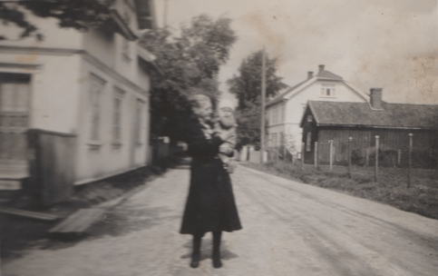 Hans Nielsen Hauges vei 46 til høyre. Huset til venstre ble revet ved anlegning av gangvei rundt 2000. I den nærmeste delen av huset var det en leilighet. Lengst bort hadde Karl Johnsen klippebu. Eliassen: 260 og «Handel på Hauge».