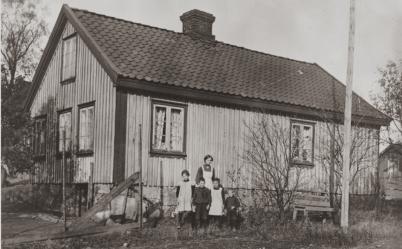 H.N.Hauges vei 61.Mathea og Johannes Johnsen(Olsen). Dette skal være et av de eldste husene på Hauge. Eliassen: 205.