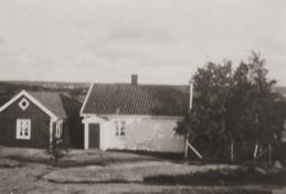 Meiseveien 2. Olivia og Alfred Jonassen Hjelm. Her, som ved de fleste eiendommene, førte det ikke noen vei frem til boligen. Eiendommen hadde bryggerhus med skjul, utedo og rom for gris eller høns. I familien var det fire barn, men det var plass for losjerende om sommeren. Alfred skulle bli min nabo da han etter hustruens død flyttet til sin datter Ester i Ravneveien 4. Han ble omtalt som «Maskinisten» etter hans yrke på teglverket, eller «Hjælm'n». Det var praktisk med tilnavn når så mange hadde likelydende -sennavn. Hjelm var antakelig et soldatnavn fra Sverige. Eliassen: 374.
