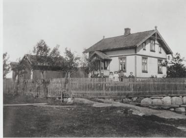Ombergveien 76. Marius Pedersen. I uthuset til venstre startet Marius produksjon av porteføljeartikler. Eliassen: 426.