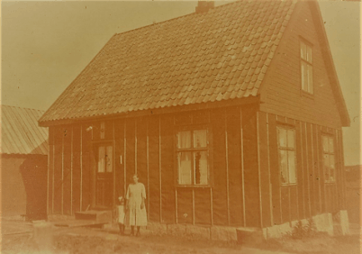 Ravneveien 4. Ester og Karl Johan Hansen. Også dette huset fra 1920 er bygget av knubb. Eliassen: 234.