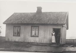 Svaneveien 29. Martin og Anette Hansen. Severin Olsen, som senere ble landhandler på Evje, fikk festekontrakt på tomten i 1886. I 1900 overdro han hus med tomt til Martin Hansen. Grunnmuren av granitt ligger rett på fjellgrunnen. På et lite stykke jord dyrket familien poteter. I 1912 ble det oppført bryggerhus på eiendommen. Ekteparet fikk fire barn. Sønnen Hans (1898) fortalte at de kunne ha opptil seks losjerende om sommeren. De sov i sengene, og familien sov på madrasser på gulvet. Under min oppvekst lå det en stor dam der Orreveien og Ravneveien møtes. Dammen hadde oppstått etter stenhugging; et minerhull. Vi omtalte dammen som «Minæhølet». Et eldre navn på området var «Tøiet». Se Eliassen: 268.