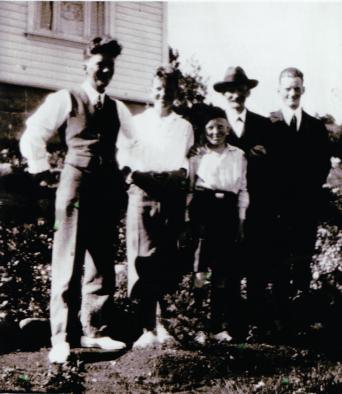 Malermester Thorvald Fredrik Hansen med sønnene Henrik, Svend, Johannes og Arne. Fotograf ukjent.