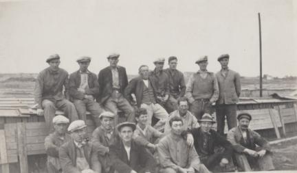 Arbeidere ved banene ved Nedre Nøkleby teglverk 1960. Tekst og navneliste FB. 29.12.95