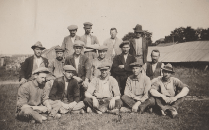 Arbeidere på Evje teglverk før nedleggelsen i 1925. Dette bildet vekker barndomsminner. Slik så jeg dem på vei til og fra verket. SGE:288.
