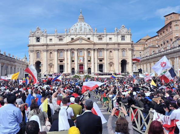 Folla di fedeli in San Pietro per la beatificazione di Wojtyla nel maggio 2011 (Ansa)