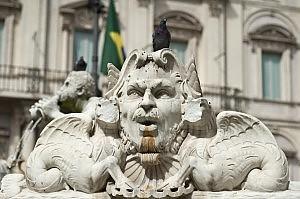Sfregiata la Fontana del Moro Vandali anche a Fontana di Trevi