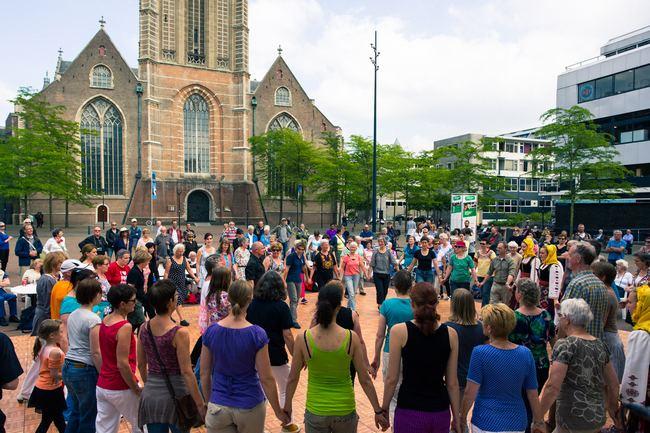 Volksdans Salon op het Grotekerkplein Beeld Marcel IJzerman