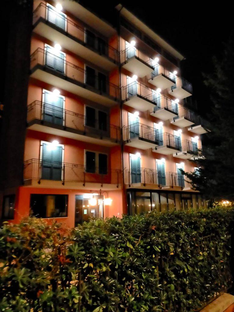 "alt=""Hotel B&B Des Bains di notte Milano Marittima"""