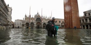 Η Βενετία κάτω από το νερό: Η στάθμη του νερού έφτασε το 1,87 μ. και η πόλη πνίγηκε