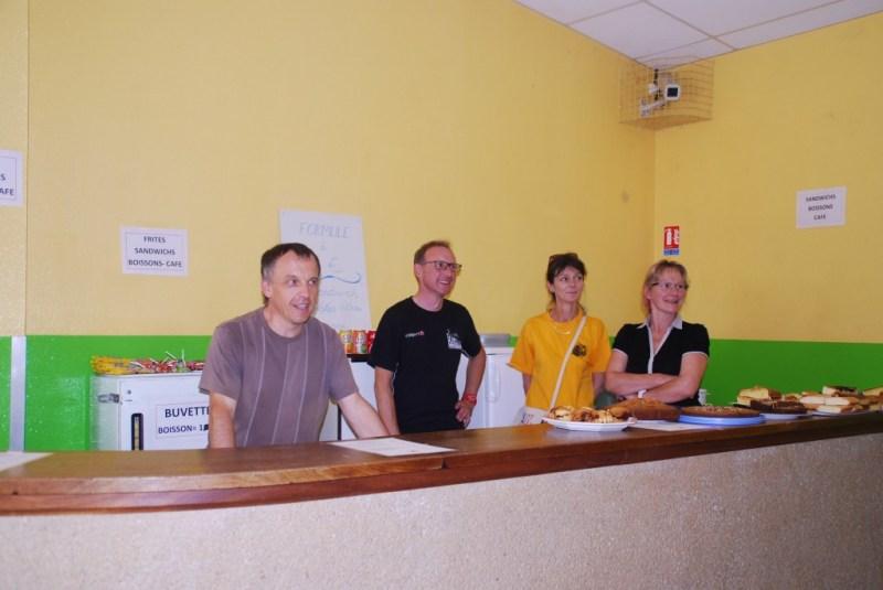 des bénévoles souriants à la buvette-restauration