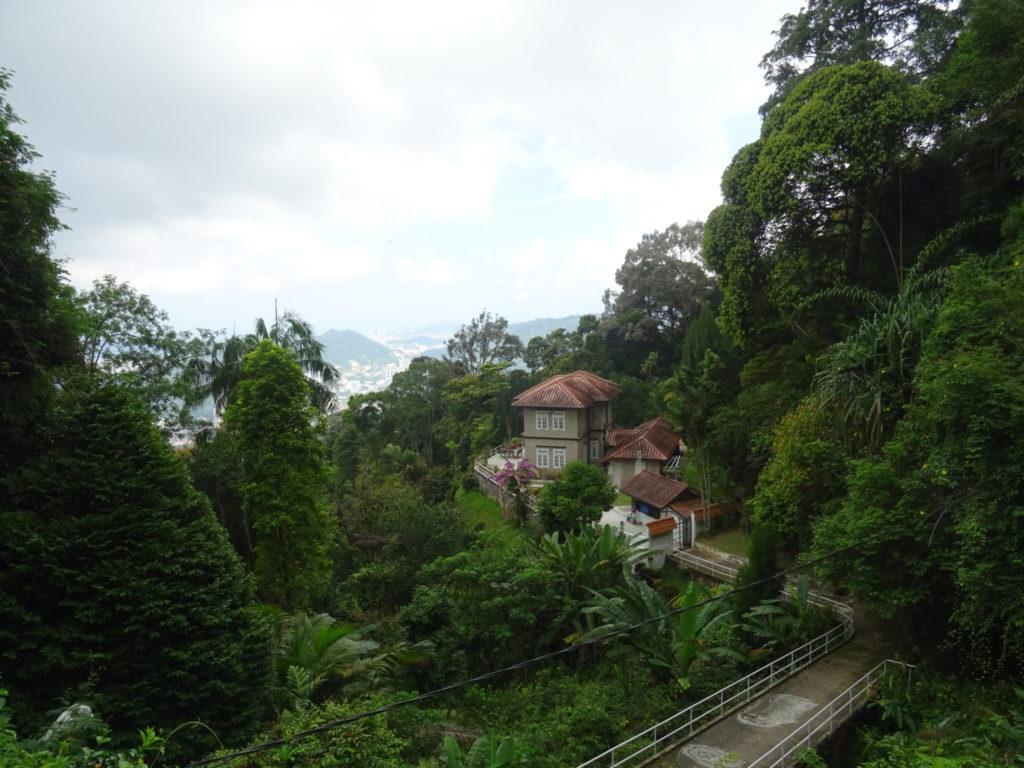 Penang Hill : une maison grise accrochée à la colline