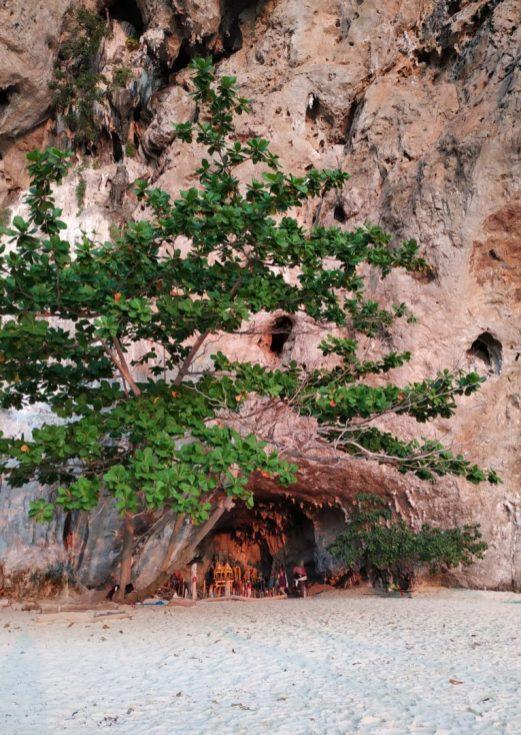 dans une grotte sur la plage : un temple