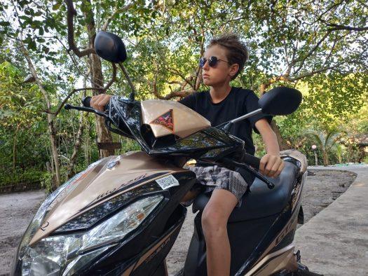 Matis en scooter à Koh Phayam, Thaïlande