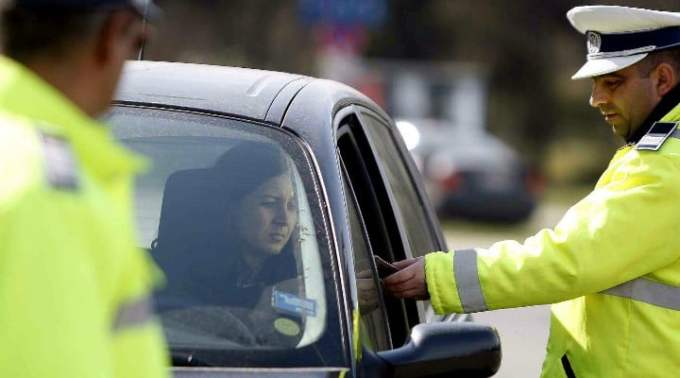 Şoferii din România vor putea plăti din nou amenzile rutiere direct la poliţist 1