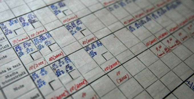 12 profesori din România condamnați la închisoare cu suspendare pentru că nu notau absențele și modificau notele din cataloage. O profesoară a spus în instanță că a notat prezențele, dar notițele au fost distruse de șoareci 12