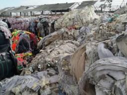 Gunoaiele din Italia sufocă România, un munte de deșeuri abandonate pe un câmp. Baloţii uriaşi de deşeuri textile (există printre ei şi alţi baloţi care par a fi din material plastic), au fost mascaţi cu nişte baloţi de paie pentru a nu fi observat muntele de gunoaie din stradă 15