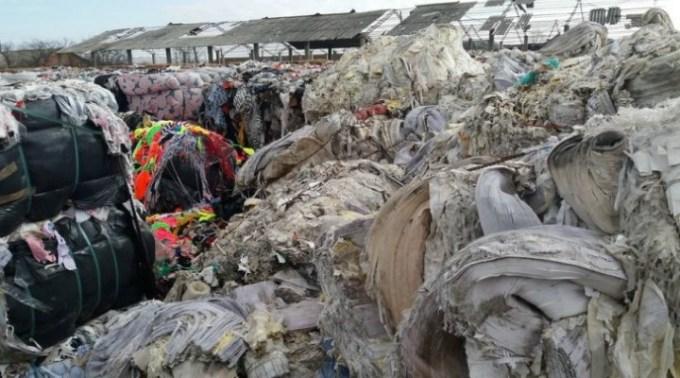 Gunoaiele din Italia sufocă România, un munte de deșeuri abandonate pe un câmp. Baloţii uriaşi de deşeuri textile (există printre ei şi alţi baloţi care par a fi din material plastic), au fost mascaţi cu nişte baloţi de paie pentru a nu fi observat muntele de gunoaie din stradă 1