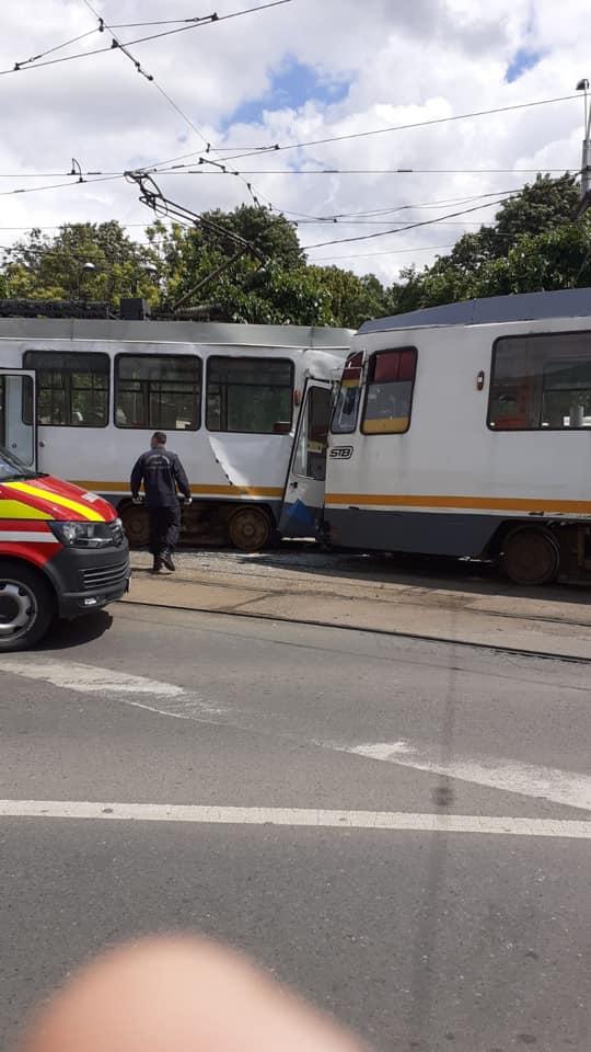 (Foto) 7 Răniți! Două tramvaie s-au ciocnit în București. Cum au reușit? 3