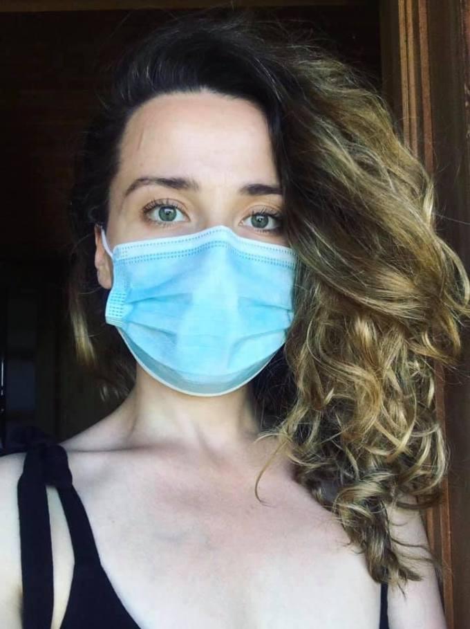 """Infectată. Alina Mereuta: """"De 11 zile sunt într-o relație. Cu coronavirusul. De unde am luat virusul? M-a găsit acasă. Am luat virusul de la cineva din familie. Care l-a rândul sau l-a luat de la niște angajați care au ascuns ca au simptome, si au sperat ca e doar o răceală. Ce simptome am avut?"""" 1"""