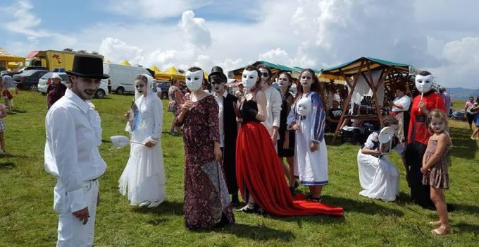 """Mii de oameni la """"Festivalul Usturoiului"""" în Ţinutul Contelui Dracula. Vezi aici Foto: 4"""