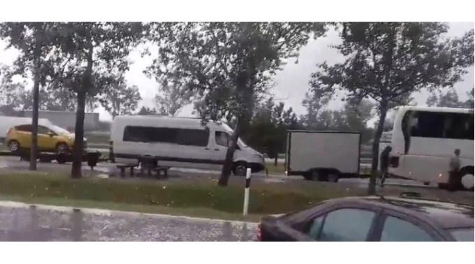 (Video) Șofer român kamikaze!  Un autocar românesc, surprins în timp ce tracta o remorcă de bagaje, un microbuz și o platformă cu un autoturism 1