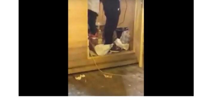 """(Video) """"Tradițional"""". Aluat învârtit cu bormaşina într-o găleată, pe jos, la Târgul de Crăciun 6"""