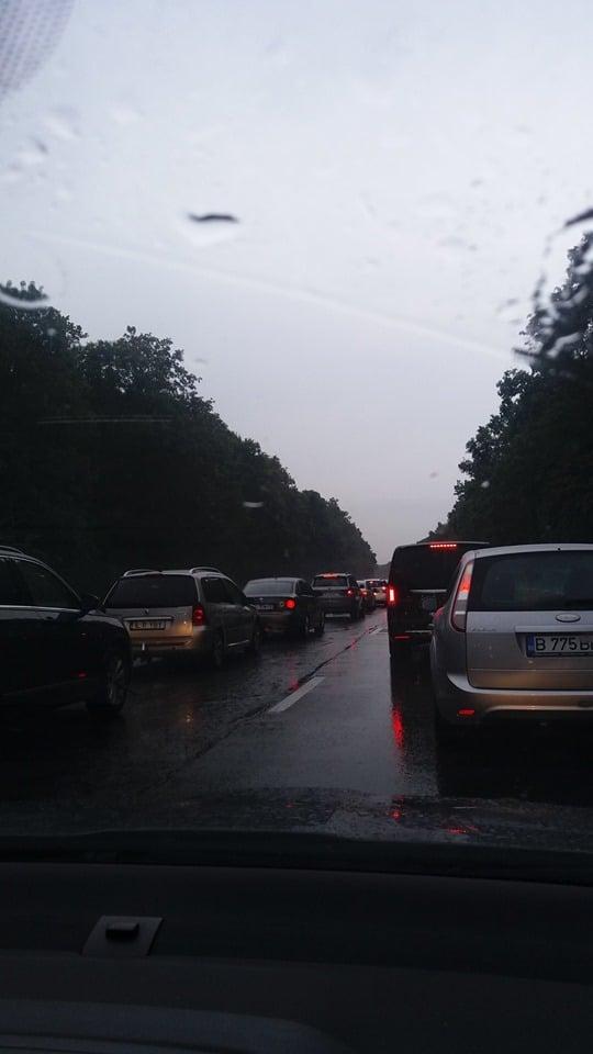 """Breaban Didi: """"Viteazul acesta, începător, credea că autostrada e proprietatea lui! Circula cu viteză, încerca să-i intimideze pe cei din trafic cu semnale luminoase și sonore, apoi făcea slalom pe cele două benzi. Se întâmpla pe A2, pe la ora18, în condiții de ploaie și trafic aglomerat! Bravo, istețule, data viitoare ..."""" 2"""
