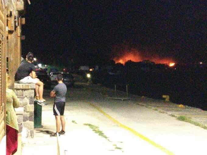 """(Video) Update. Sute de români blocați în Grecia. Au izbucnit incendii. Mihaela: """"Ce putem face? Are cineva vreo idee?? Sunt in portul de pe insula Samothraki (Grecia) de ieri dimineață de la 8. Trebuia sa avem ..."""" 2"""