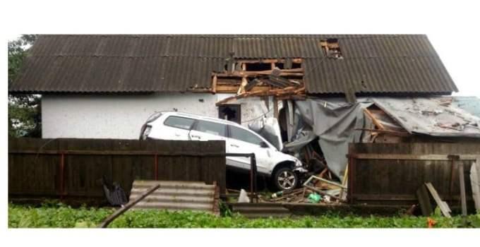 (Video) Accident teribil.  Doi tineri din România au făcut Live pe Facebook la 250 de kilometri pe oră. Au zburat de pe șosea, au lovit acoperișul unei case, s-au dat peste cap cu mașina în aer, s-au ciocnit de o altă casă și apoi s-au prăbușit într-o curte 20
