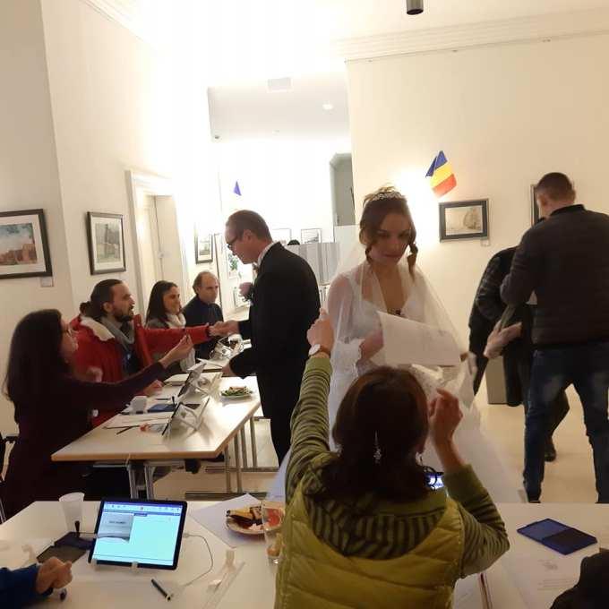 (Foto) Mirese românce la vot, în Germania și Italia. Peste 285,000 de romani din Diaspora au votat până acum! 2