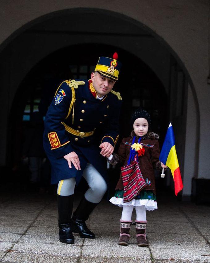 """Cristina Topescu: """"Nu sunt mândră că sunt româncă, încerc doar, fără să fiu mândră nici de asta, să fiu om...Frații noștri care și-au luat lumea-n cap n-au plecat tot din dezamăgirea de a nu putea trăi decent în propria lor țară ? Se simt mai respectați prin țări străine, ce trist...dar n-au încetat să-și iubească țara și să le pese de ce se întâmplă cu ea, chiar dacă poate nu se vor mai întoarce niciodată. Asta, da, iubire de țară ! Ăsta, da, naționalism frumos, sănătos, autentic! Și ce mai știu e că..."""" 1"""