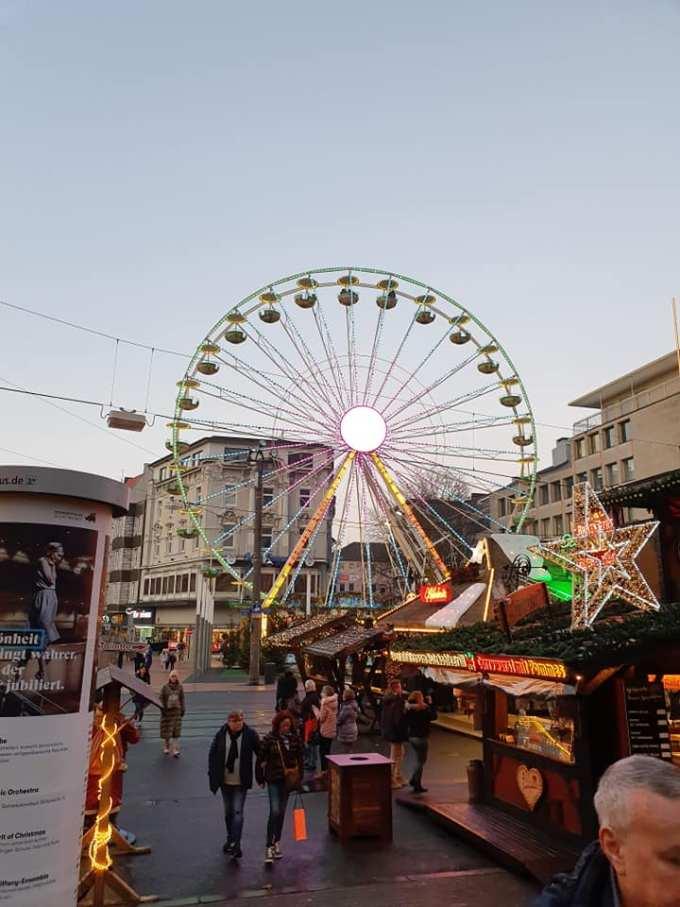 """(Foto) Mai frumos la Târgurile de Crăciun din Cluj, Brașov, Sibiu sau București? Tamara: """"Dortmund se lauda cu cel mai înalt pom de Crăciun din lume: 45 m. Atmosfera este una relaxata, toți se amuza, cu mic, cu mare, lipsiți parca de griji, bucuroși sa-l vadă pe Mos Crăciun ( aici, Nicholas) !"""" 2"""