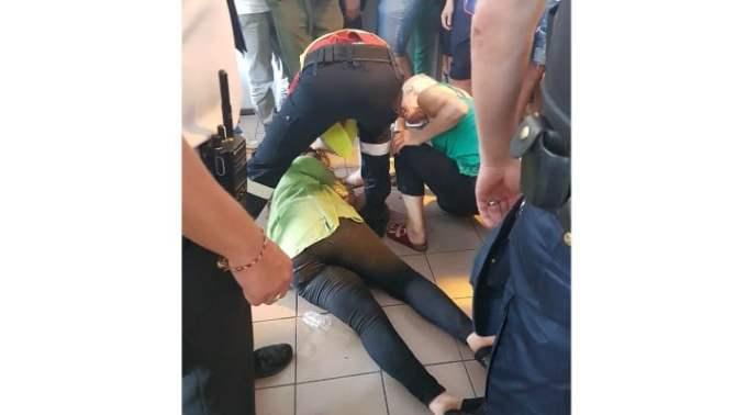 """(Video) Româncă în Franța: """"Circ mare pe aeroportu' Paris-Beauvais, nu putem pleca.Sunt blocate porțile de o mulțime de oameni. O franțuzoaică urlă și ea. Românii mei și ei. Huo. O doamnă e așezată pe jos in fata porții și are crize. Foarte mari de la protestul ei. Acum..."""" 1"""