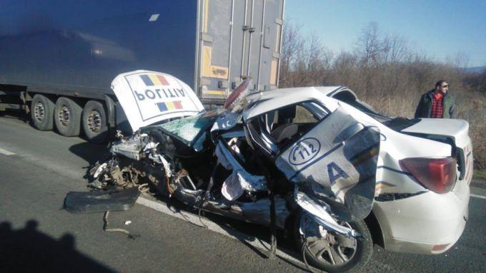 """(Foto) Mașină de poliție făcută praf de un TIR! Așa arată un Logan lovit. Titi Aur: """"România nu face nimic special pentru şoferii maşinilor cu girofar. O maşină în misiune încearcă să ..."""" 2"""