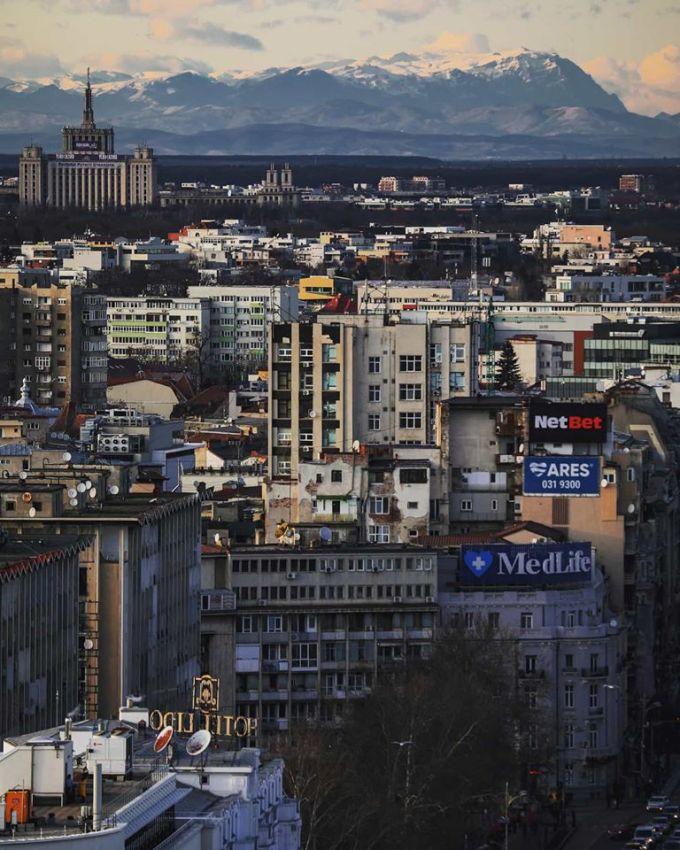(Foto) Munții Carpați, vizibili din București. Fotografia spectaculoasă surprinsă în centrul Capitalei României 1