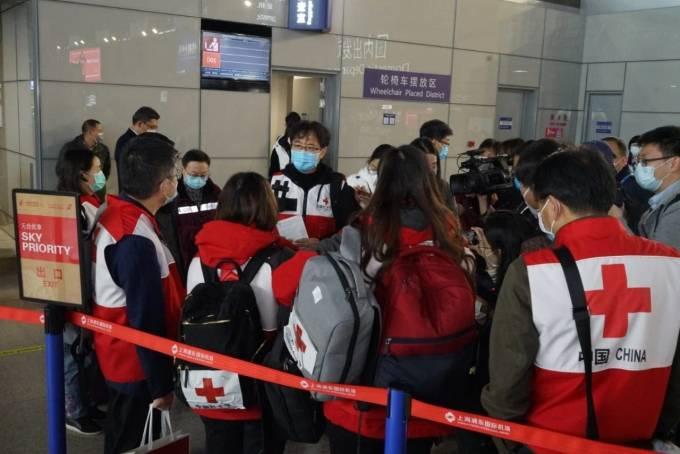 """(Foto) China a trimis în Italia un avion cu medici specialiști care sa ajute cu aplicarea tratamentelor care au dat rezultate in China. Au adus si 30 de tone de ajutoare medicale ! """"Acum câteva ore de odihnă și echipa de medici chinezi vor fi gata să ajute"""" 1"""