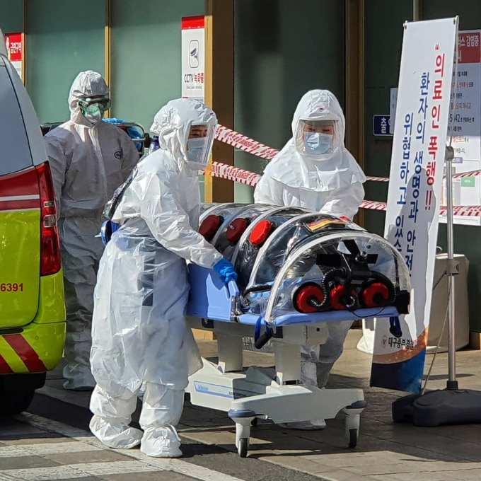 România în luptă cu coronavirus: Medici cu saci de gunoi în picioare, pe post de echipament de protecție 3