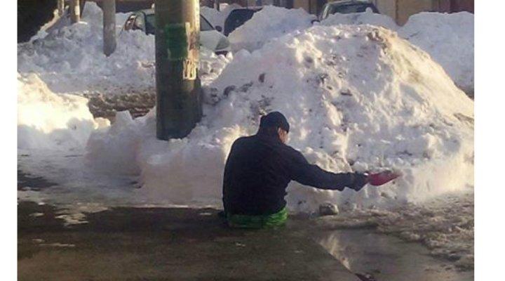 """(Foto) IMPRESIONANT! Un român nu are picioare, insa participă la dezăpezire. """"Jos palaria in fata acestui om"""""""