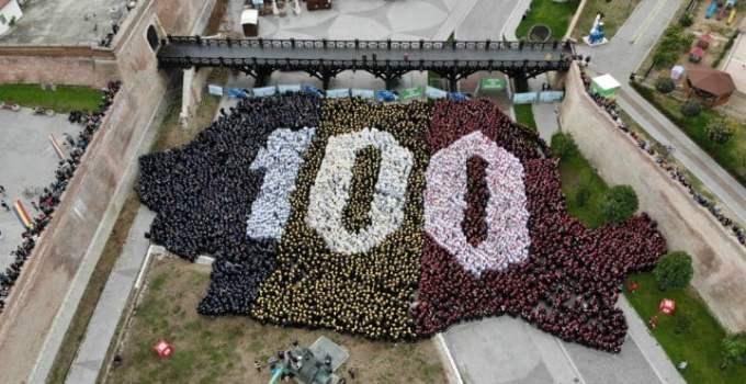 (Video) 4800 de români au cântat imnul la unison. RECORD MONDIAL la  ALBA IULIA! Puzzle cu peste 4800 de oameni, așezați în forma hărții României 12