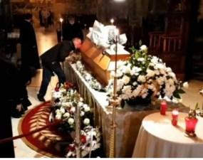 (Video) Inconștienți. Enoriaşii au sărutat sicriul lui IPS Pimen, ucis de coroavirus. Se observă şi copii care sărută sicriul 3