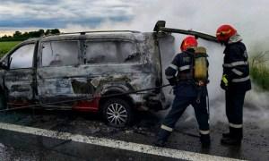 (Foto/Video) Microbuz în flăcări pe A1. 4 persoane au reușit să iasă rapid din microbuz 51