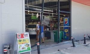 O româncă de 77 de ani a intrat cu mașina într-un supermarket 57