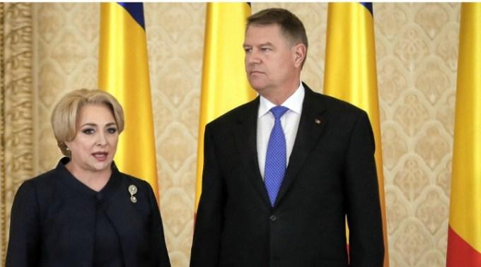 """Este bine? Iohannis refuză dezbaterea cu Viorica, nu are ce să vorbească cu ea. De înțeles, având în vedere cât de prost vorbește Viorica limba română, citește cu dificultate de pe foi. ″Încearcă PSD să atragă atenţia prin tot felul de manevre. Pot să vă spun ..."""" 1"""