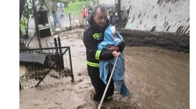 """Marcel Vela, despre pompierul care a salvat un bebeluș de la inundații: """"Aceștia sunt eroii zilelor noastre. Ciprian ieșise dintr-o tură extenuantă de 24 de ore, în care, alături de colegii săi, au intervenit să îi salveze pe cei năpăstuiți de inundații. După doar câteva ore ..."""" 1"""