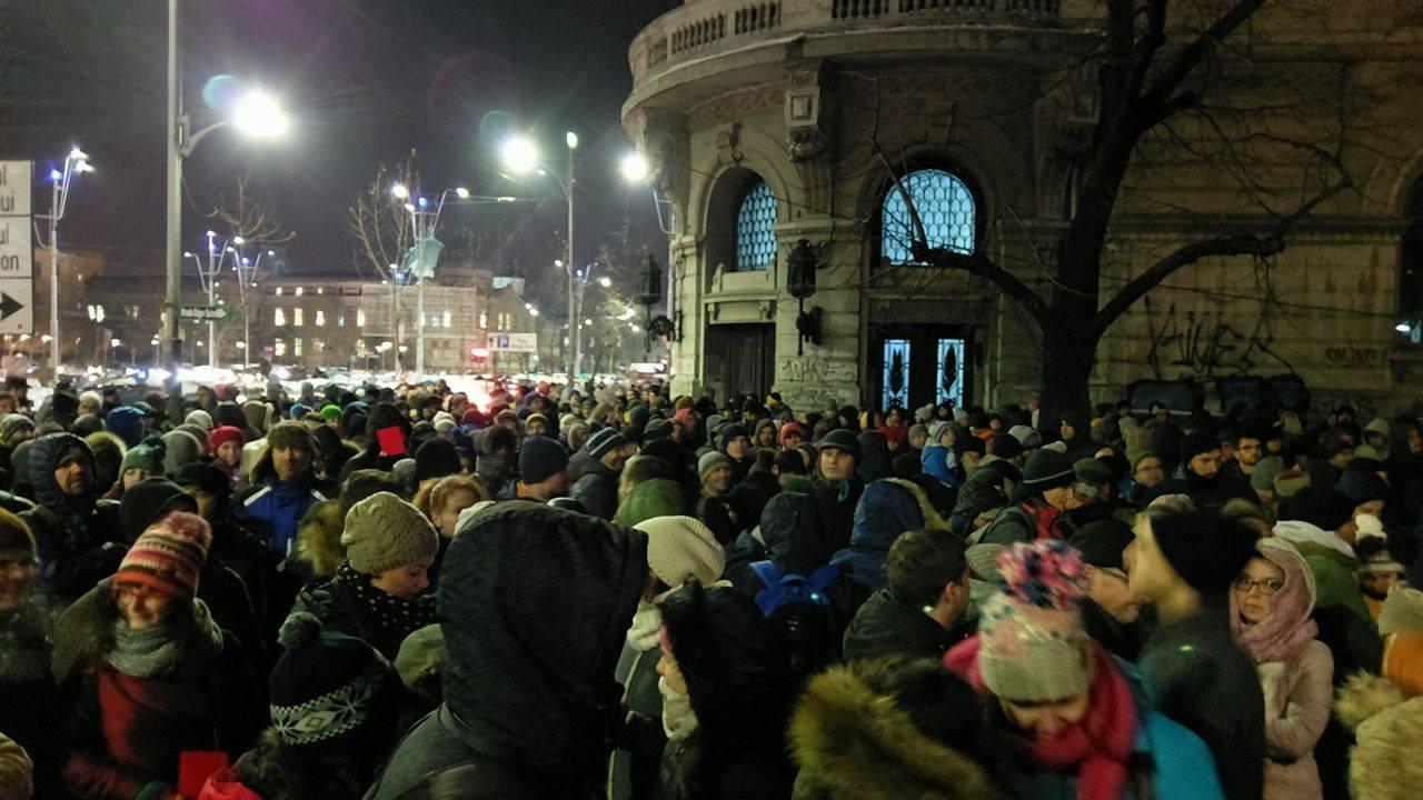 """(Video) Proteste la Cluj, Brașov, Timișoara, Sibiu, Iași, București, Craiova """"Bravo DNA!"""", """"Hai Codruța!"""", """"Hoţii stau la puşcărie, că-i democraţie!"""""""