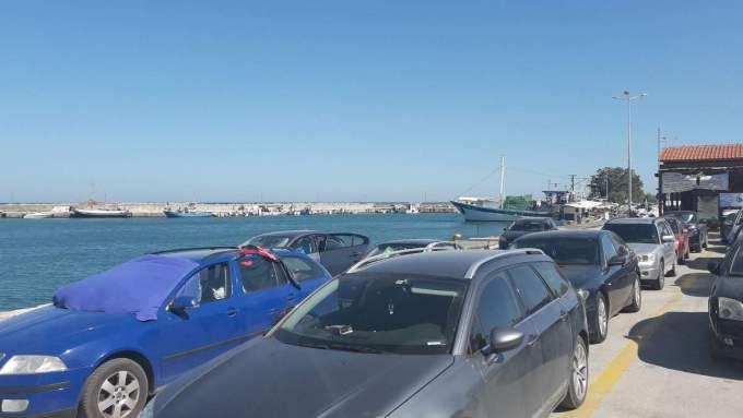 """(Foto) Sute de români sunt blocaţi de două zile pe o insulă din Grecia, dorm pe jos sau în maşini. """"Sunt familii cu copii mici care stau in mașini, prin fața teraselor și a magazinelor de peste 24 ore. Nici un ..."""" 5"""