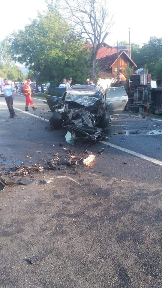 (Foto) Accident Grav. Doi morți după ce două autoturisme și un TIR s-au ciocnit pe Valea Oltului 1