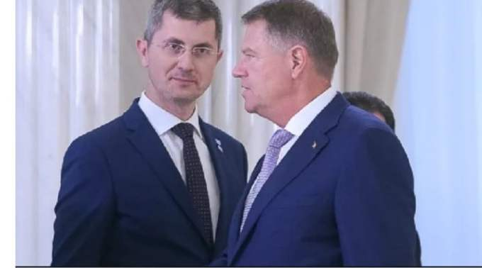 """Andrei Caramitru: """"E foarte trist ca ni s-a indus că Președintele nu are nici un fel de putere. Zero....Regele Mihai era rege. Și avea 20 și ceva de ani. Putere chiar aproape de zero. Dar l-a arestat pe Antonescu, a scurtat durata războiului in Europa, nu a semnat nimic și s-a luptat cu guvernul Groza desi erau tancuri sovietice aici. Nu a semnat deciziile nenorocite pe care i le impuneau comuniștii, cu pistolul pe masă. A capitulat doar când..."""" 1"""